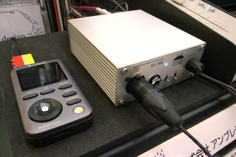 お客様のLOTOOポータブル・プレーヤーをBTL-900バランス駆動で聴く。2.5/3.5mm両側のジャックにレゴブロックで連結した自作アタッチメントを使用しコネクタが回転しないよういなっている!すごい!