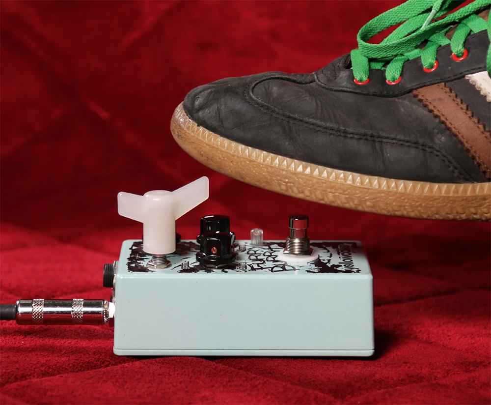 エフェクターのツマミを足で回す,足でノブを回す,足でギターペダルのパラメーターを操作