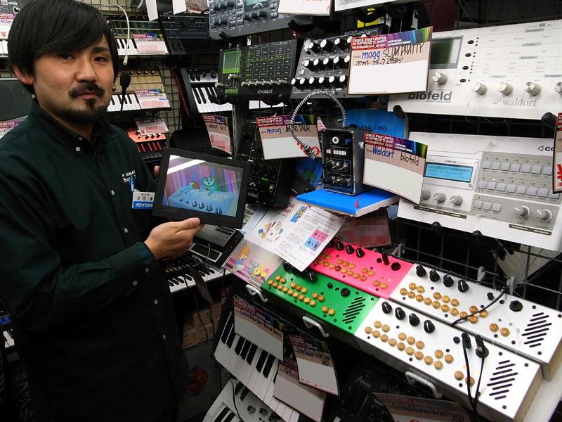 クロサワ楽器 お茶の水駅前店の武田様。「楽しいコンパクト・シンセサイザーがとても充実しています。是非遊びに来てください!」