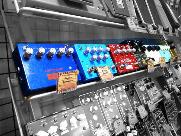 Empress Effectsの売れ筋ペダルが勢ぞろい、奥の方にはCaroline Guitarの超個性派ローファイ・ディレイペダルも!